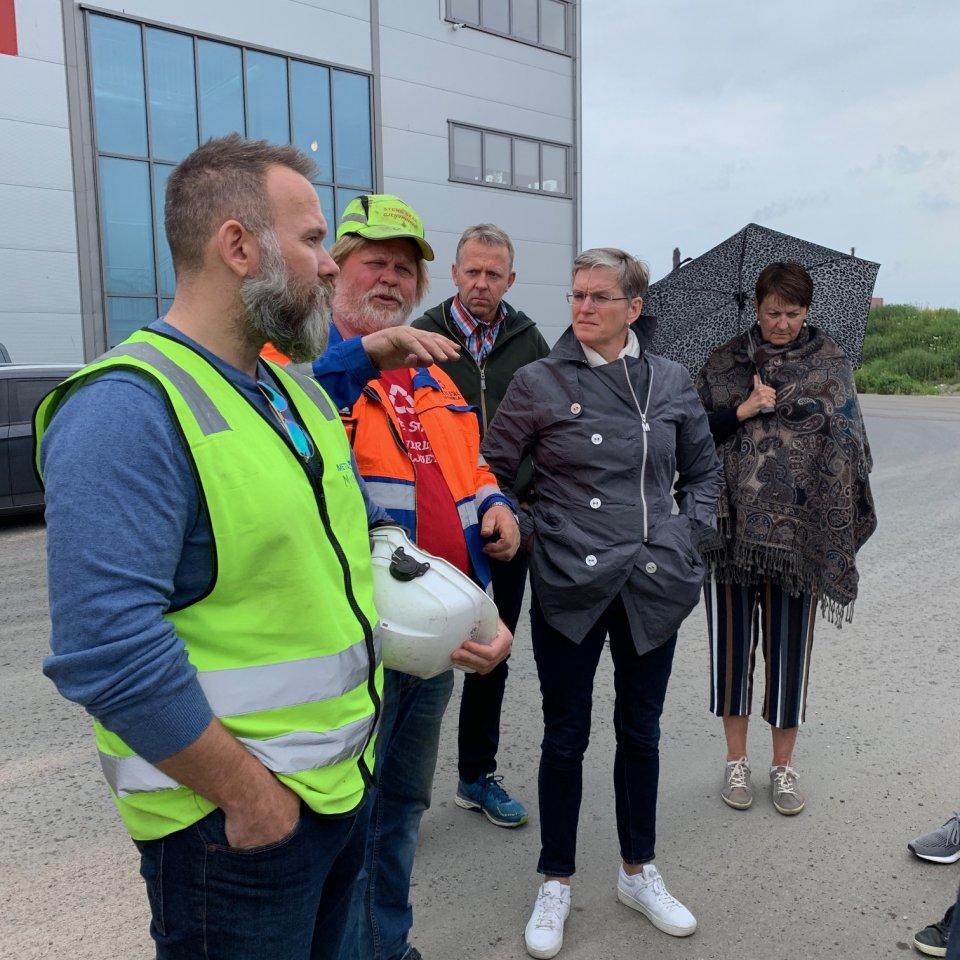 Ellen Hambro Med Ledergruppe På Øra